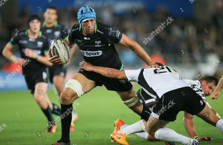 Justin Tipuric of Ospreys holds off Fabio Semenzato of Zebre