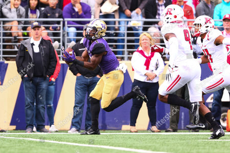 Washington's John Ross III (1) catches a deep ball on the sideline for a touchdown during the first half of a game between the Washington Huskies and Rutgers Scarlet Knights at Husky Stadium in Seattle, WA on , 2016