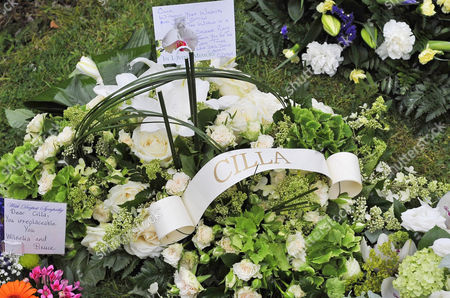 Cilla Black Funeral - Floral Tributes From Des O'connor At St.mary' Rc Church Woolton Liverpool Merseyside. - 20/8/15.