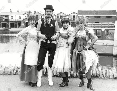 Musical 'wild Wild Women' At The Theatre Royal Windsor. L-r: Susannah Fellows Steve Devereaux Jenny Michelmore And Liz Crowther. Box 703 202081614 A.jpg.