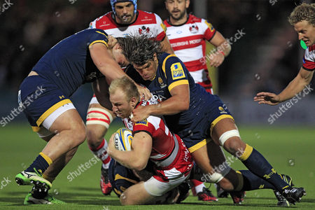 Gloucester Rugby's Matt Kvesic (C) in action with Worcester Warriors' Val Rapava Ruskin (L) and Donncha O'Callaghan Worcester Warriors v Gloucester Rugby - Aviva Premiership - 09/09/2016 - Sixways Stadium - Worcester - UK Mandatory Credit: Ian Smith/Seconds Left Images
