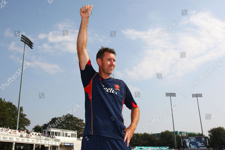 David Masters of Essex acknowledges the crowd as he announces his retirment during Essex CCC vs Glamorgan CCC, Specsavers County Championship Division 2 Cricket at the Essex County Ground on 15th September 2016