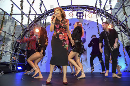 Candi Staton on the stage and dancers
