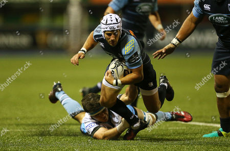 Matthew Morgan of Cardiff Blues is tackled by Peter Horne of Glasgow Warriors.