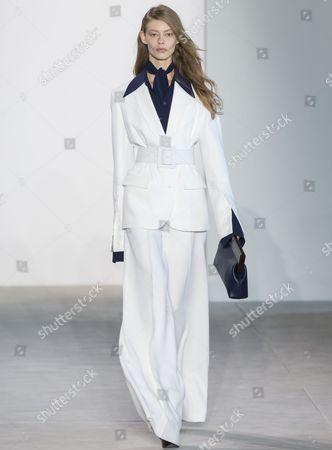 Stock Picture of Ondria Hardin on the catwalk