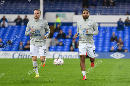 Evertons Tom Cleverley and Aaron Lennon warm up