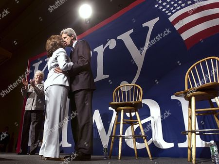 KERRY HEINZ RICHARDS Democratic Presidential candidate Sen. John Kerry, D-MA, kisses his wife Teresa Heinz before she speaks at the 'Women Investing in Change' luncheon in Boston Mass. . Behind them is former Texas Gov. Ann Richards