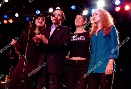 HINOJOSA Democratic presidential hopeful Dennis Kucinich, center left, sings with, from right, Bonnie Raitt, Michelle Shocked, and Tish Hinojosa during a campaign fund-raising concert in Austin, Texas