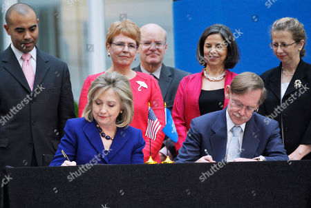 Hillary Rodham Clinton, Robert Zoellick, Ian Solomon, Jane Lubchenco, Donald Steinberg, Maria Otero, Inger Andersen Secretary of State Hillary Rodham Clinton and World Bank President Robert Zoellick sign a memorandum of understanding on World Water Day, at the World Bank in Washington. Standing, from left are, World Bank Executive Director for the United States Ian Solomon, National Oceanic and Atmospheric Administration (NOAA) Administrator Jane Lubchenco, USAID Deputy Administrator Donald Steinberg, Undersecretary of State Maria Otero, and World Bank Vice President for Sustainable Development Inger Andersen