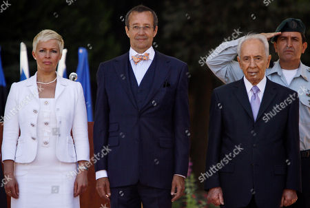 Toomas Hendrik Ilves, Shimon Peres, Evelin Ilves Estonian President Toomas Hendrik Ilves, center, stands with his wife Evelin Ilves, left, and his Israeli counterpart Shimon Peres as they inspect the honor guard during a welcoming ceremony in Jerusalem, . Ilves is on an official visit to the region
