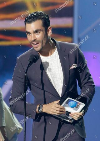 """Gonzalo Garcia Vivanco Gonzalo Garcia Vivanco speaks after receiving the Best Supporting Actor award during the Telemundo Spanish language television network's """"Premios Tu Mundo,"""" (Your World Awards) show, in Miami"""
