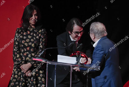 Olivia Harrison, Dhani Harrison, Paul Simon Dhani Harrison, center, and Olivia Harrison, left, accept the Global Citizen Award awarded posthumously to George Harrison from musician Paul Simon during the Global Citizen Festival, in New York