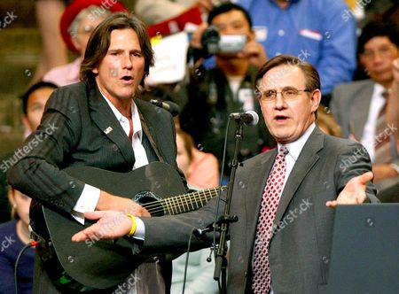 "DEAN KELLY Country western singer Billy Dean, left, accompanies St. Paul Mayor Randy Kelly as he leads the crowd in the song ""Amazing Grace"" prior to a campaign appearance by President Bush in Minnenapolis, . Kelly, a Democrat, supports Bush for president"