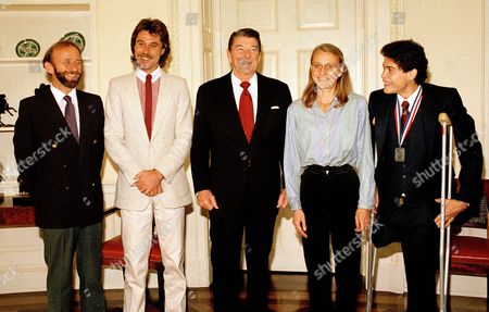 Dixon Reagan Waitz Cruz President Reagan meets with winners of the New York City Marathon in the Oval Office, . Second to left to right: Rod Dixon of New Zealand; Reagan; Grete Waitz of Norway; John Paul Cruz of New York, the first person to finish the race with one leg and without use of an artificial limb. Man at far left is unidentified