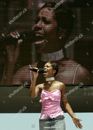 "LONDON Former American Idol finalist LaToya London sings ""If You Don't Know Me By Now "" as she tapes the opening to the American Idol finale prior to the start of the live show, in Los Angeles"