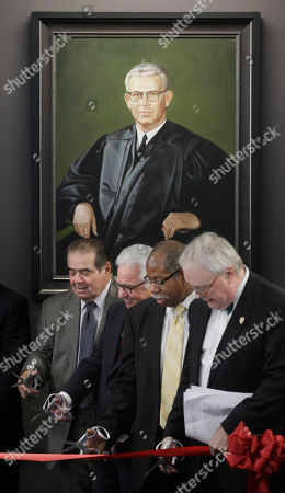 「Antonin Scalia, Leonard F. Amari, Rory D. Smith, John E. Corkery From left, Supreme Court Justice Antonin Scalia, Leonard F. Amari, President The John Marshall Law School Board of Trustees, Rory D. Smith, Associate Dean for Outreach and Planning at John Marshall, and John E. Corkery, Dean, The John Marshall law School, take part in a ribbon cutting during ceremonies naming a courtroom at The John Marshall Law School after former Supreme Court Justice Arthur J. Goldberg, who's portrait hangs behind them, in Chicago」のストック写真