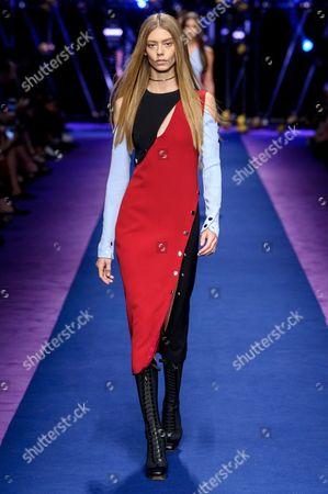 Ondria Hardin on the catwalk