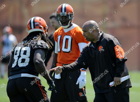 Robert Griffin III, Hue Jackson, E.J. Bibbs Cleveland Browns head coach Hue Jackson, right, gives directions to tight end E.J. Bibbs, left, and Robert Griffin III during an practice at the NFL football team's training camp facility, in Berea, Ohio
