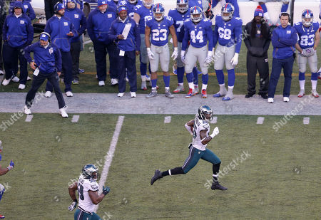 Philadelphia Eagles strong safety Walter Thurmond (26) runs an interception back for a touchdown against the New York Giants during the third quarter of an NFL football game, in East Rutherford, N.J