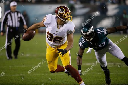 Washington Redskins' Jordan Reed, left, tries to break a tackle by Philadelphia Eagles' Walter Thurmond in the second half of an NFL football game, in Philadelphia