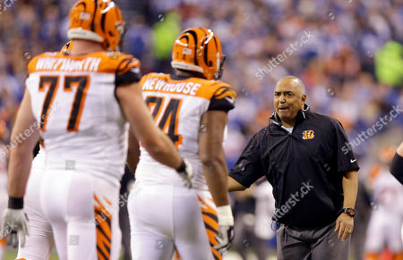 Marvin Lewis, Andrew Whitworth, Marshall Newhouse Cincinnati Bengals head coach Marvin Lewis, right, talks with offensive tackle Marshall Newhouse, center, and offensive tackle Andrew Whitworth, left, during the first half of an NFL wildcard playoff football game against the Indianapolis Colts, in Indianapolis