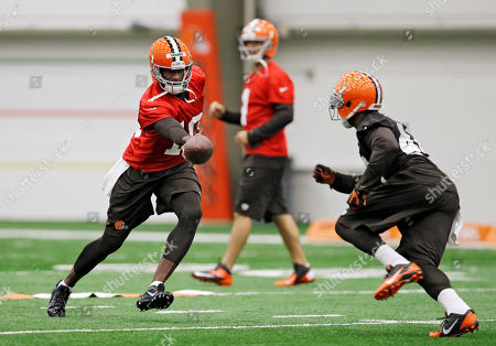 Vince Young, Ben Tate Cleveland Browns quarterback Vince Young, left, hands off to running back Ben Tate during a voluntary minicamp workout at the team's NFL football training facility in Berea, Ohio