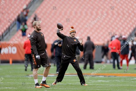 Brian Hoyer, Nick McDonald Cleveland Browns quarterback Brian Hoyer warms up as center Nick McDonald watches, left, before an NFL football game against the Tampa Bay Buccaneers, in Cleveland