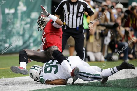 Antwan Barnes, Josh Freeman New York Jets linebacker Antwan Barnes (95) collides with Tampa Bay Buccaneers quarterback Josh Freeman (5) while chasing a ball that went for a safety in favor of the Jets in the first half of an NFL football game, in East Rutherford, N.J
