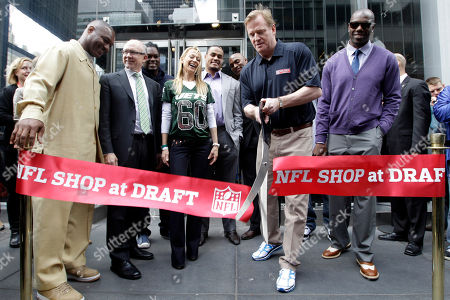 Roger Goodell, Derrick Brooks, Terell Owens, Woody Johnson, Suzanne Johnson NFL Commissioner Roger Goodell, second from right, is joined by Terrell Owens, right, New York Jets owner Woody Johnson, second from left, and Johnson's wife Suzanne, center left, as he cuts the ribbon during the grand opening of the NFL Shop at Draft store, in New York