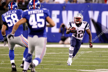Jeff Demps, Mark Herzlich, Henry Hynoski New England Patriots' Jeff Demps (42) runs with the ball as New York Giants' Mark Herzlich (58) and Henry Hynoski (45) defend during the first half of a preseason NFL football game, in East Rutherford, N.J