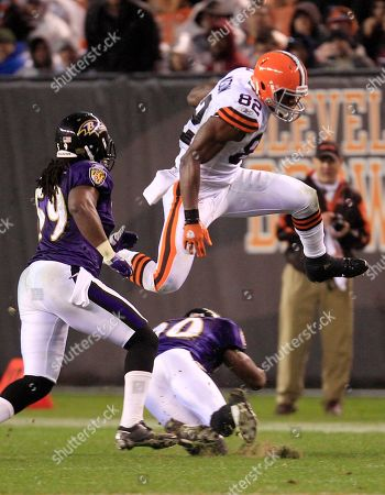 Benjamin Watson, Ed Reed, Dannell Ellerbe Cleveland Browns tight end Benjamin Watson (82) jumps over Baltimore Ravens free safety Ed Reed (20) as linebacker Dannell Ellerbe (59) watches for an eight-yard gain in the third quarter in an NFL football game, in Cleveland