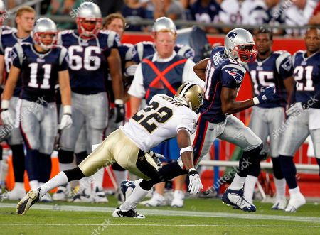 Randy Moss, Tracy Porter New England Patriots' Randy Moss (81) carries the ball as New Orleans Saints' Tracy Porter defends in the first half of an NFL preseason football game in Foxborough, Mass