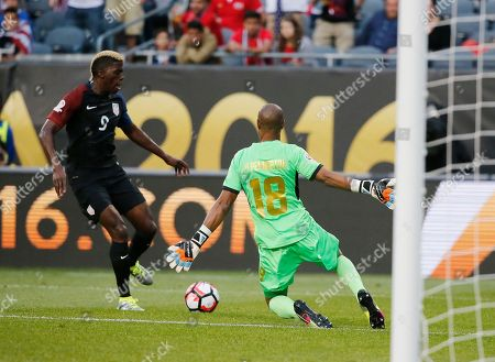 United States' Gyasi Zerdes (9) battles Costa Rica's Patrick Pemberton (18) during a Copa America Centenario group A soccer match at Soldier Field in Chicago
