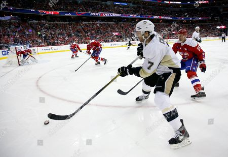 Matt Cullen, Jason Chimera Pittsburgh Penguins center Matt Cullen (7) skates with the puck with Washington Capitals left wing Jason Chimera (25) nearby in the second period of an NHL hockey game, in Washington