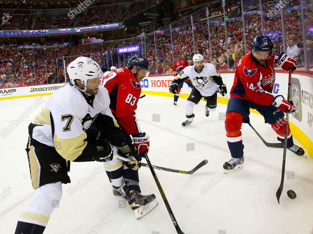 Justin Williams, Matt Cullen, Jay Beagle, Jason Chimera, Ben Lovejoy Washington Capitals right wing Justin Williams (14) works the boards to recover the puck during the second period of Game 5 in an NHL hockey Stanley Cup Eastern Conference semifinals in Washington. Also on the ice are Pittsburgh Penguins center Matt Cullen (7), Washington Capitals center Jay Beagle (83), Capitals left wing Jason Chimera (25) and Pittsburgh Penguins defenseman Ben Lovejoy (12). Capitols won 3-1