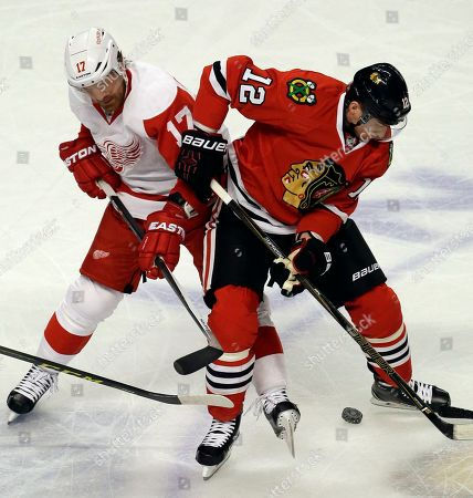 Brad Richards, Tomas Fleischmann Detroit Red Wings center Brad Richards, left, and Chicago Blackhawks left wing Tomas Fleischmann battle for the puck during the first period of an NHL hockey game, in Chicago. The Blackhawks won 4-1