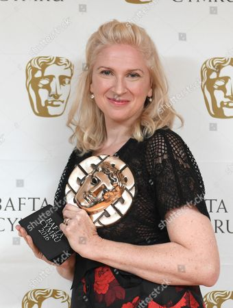 Siobhan Logue collects Factual Series award for Music for Misfits: The Story of Indie - Telesgop