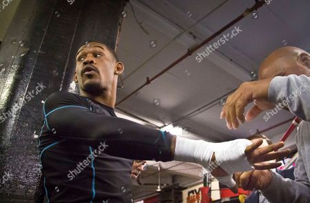 Boxing Brooklyn's middleweight boxer Daniel Jacobs gets his hands taped for a workout at Gleason's Gym, in Brooklyn, N.Y. Jacobs will fight Brooklyn's Peter Quillin for the WBA World middleweight title as the main event, during Showtime championship boxing at Barclays Center, Saturday Dec. 5