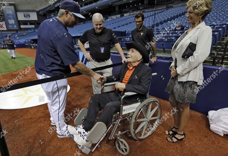 Jake LaMotta Former middleweight boxing champion Jake LaMotta, seated, shakes hands with Tampa Bay Rays hitting coach Derek Shelton as he watches batting practice before a baseball game between the Rays and the New York Yankees, in St. Petersburg, Fla