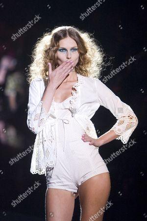 Fabiana Semprebom on catwalk