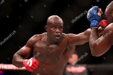 KIng Mo, Cheick Kongo Cheick Kongo throws a punch against King Mo during their ight at Bellator 134, in Uncasville, CT. King Mo won via split decision