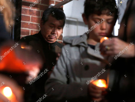 Bill Kim Chef Bill Kim stands behind other friends of Chicago Chef Charlie Trotter during a candlelight memorial for Trotter outside Trotter's former restaurant, in Chicago. Trotter, 54, died Tuesday, a year after closing his namesake Chicago restaurant that was credited with putting his city at the vanguard of the food world and training dozens of the nation's top chefs, including Grant Achatz and Graham Elliot