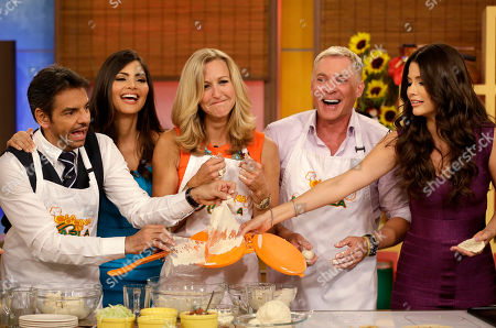 """Sam Champion, Lara Spencer, Ana Patricia Gonzalez, Eugenio Derbez, Chiquinquira Delgado Lara Spencer, center, of the ABC network's """"Good Morning America,"""" show grimaces after attempting to make tortillas during a cooking segment on the Univision network morning show, """"Despierta America"""" (""""Wake Up America,"""") during a joint live broadcast between the two programs, in Doral, Fla. Others from left, Mexican actor Eugenio Derbez, Chiquinquira Delgado, Sam Champion and Ana Patricia Gonzalez, right"""
