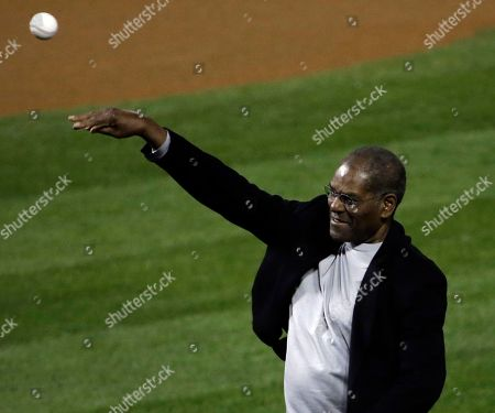 Former St. Louis Cardinals' Bob Gibson throws out the ceremonial first pitch before Game 4 of baseball's World Series against the Boston Red Sox, in St. Louis