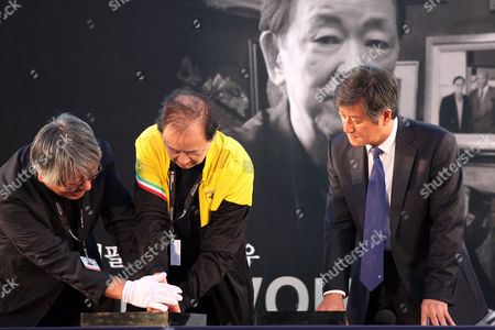 Jimmy Wong Yu, Lee Yong-Kwan Chinese actor Jimmy Wong Yu, center, makes his hand print as Busan International Film Festival Director Lee Yong-Kwan, right, looks on during the festival hand printing event at BIFF Village Stage on Haeundae Beach in Busan, south of Seoul, South Korea