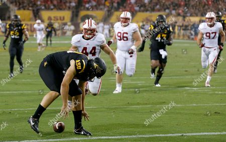 Dom Vizzare, Carl Bradford, Davon Coleman, Chris Borland, Beau Allen, Brendan Kelly Arizona State punter Dom Vizzare, front left, loses the ball as Wisconsin's Chris Borland (44), Beau Allen (96) and Brendan Kelly (97) give chase and Arizona State's Carl Bradford (52) and Davon Coleman (43) also move in during the first half of an NCAA college football game, in Phoenix. Wisconsin's Allen recovered the ball in the end zone for a touchdown