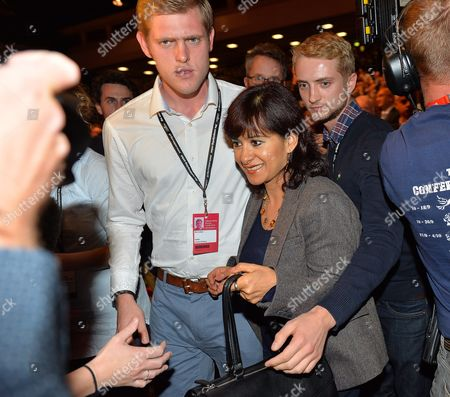 29/9/15 Labour Party Annual Conference The Brighton Centre Brighton East Sussex.- Labour Leader Jeremy Corbyn's Wife Laura Alvarez Is Protected In The Media Scrum By Ben Corbyn (l) And Tom Corbyn (r).