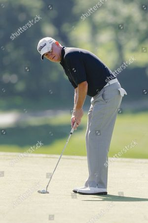 Roger Chapman Roger Chapman putts, during a practice round for the U.S. Senior Open golf tournament in Omaha, Neb. First round of the golf competition begins on Thursday