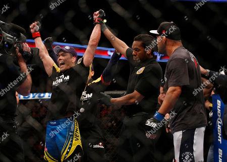 Lyoto Machida, Dan Henderson Lyoto Machida, left, of Brazil, celebrates his split decision win against Dan Henderson, right, after their UFC 157 light heavyweight mixed martial arts match in Anaheim, Calif