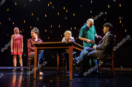 Stock Photo of Kirsty Oswald (Rosie Price), Natalie Casey (Pip Price), Imogen Stubbs (Fran Price), Ewan Stewart (Bob Price), Richard Mylan (Ben Price)